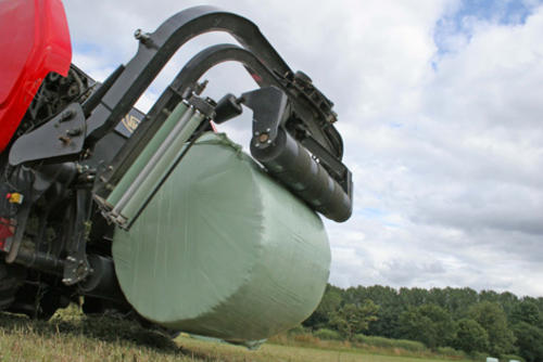 Gentle bale discharge and bale turner